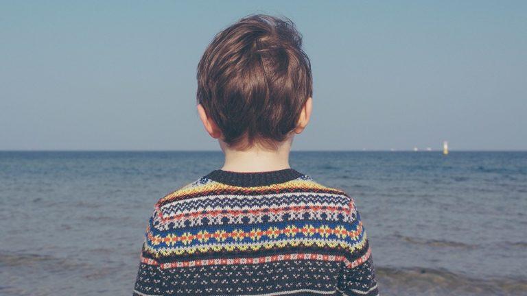 enfant pensif regardant la mer