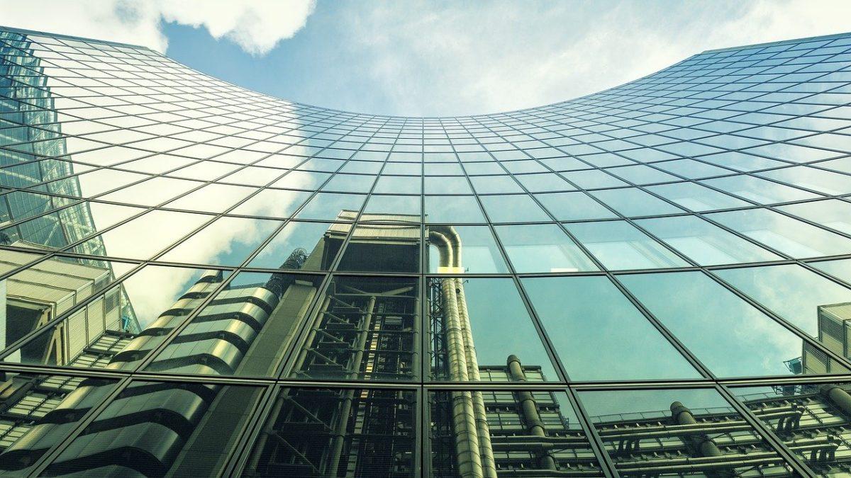 Reflet d'un immeuble à Londres