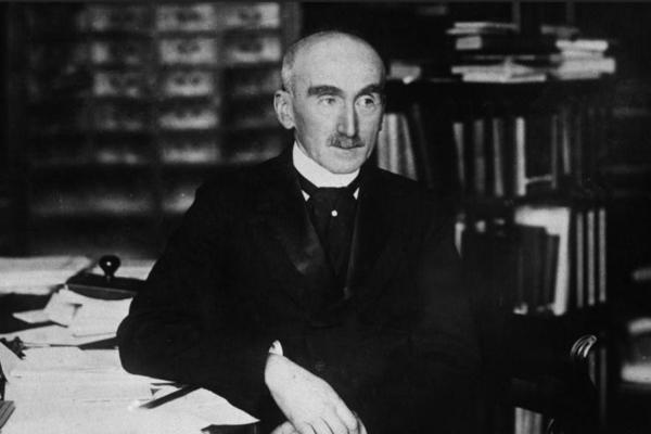 «Dans cet organisme plus ou moins artificiel [qu'est la société], l'habitude joue le même rôle que la nécessité dans les œuvres de la nature» – Henri Bergson